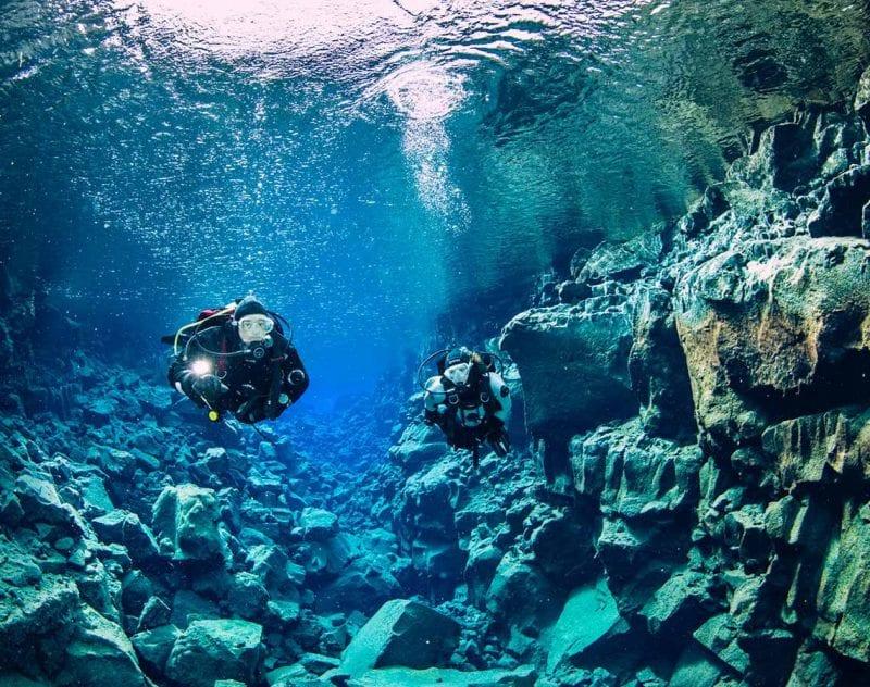Dykning mellan två kontinenter på Island