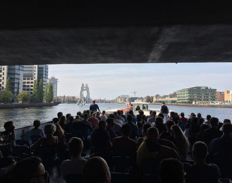 Kryssning på floden spree under konferensresa Berlin