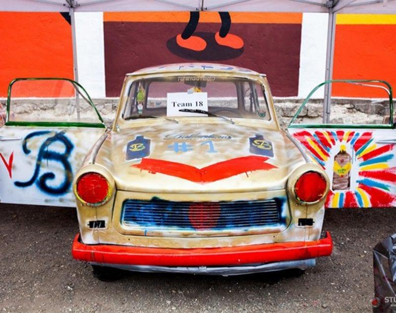 måla en trabant som gruppaktivitet i Budapest