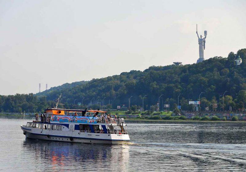 Kryssning på floden Dniepr under konferensresa till Kiev
