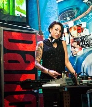 DJ på klubb under konferensresan i St Petersburg